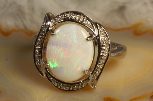 Opal Ring mit 14 Diamanten Weißgold  375