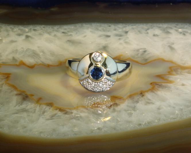 Ring Gold 585 mit Saphir und 6 Brillanten.